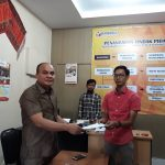Laporan Edward Hutabarat di terima langsung oleh staf Bawaslu Kota Medan