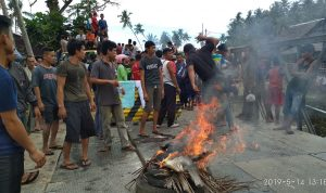 Massa Membakar Ban bekas