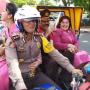 12 Polisi Diarak Naik Becak Keliling Simpang Enam