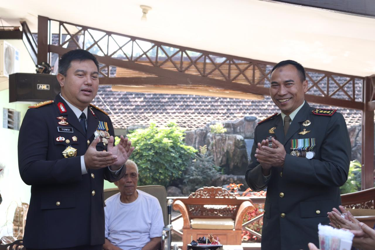 Kapolda Banten Berikan Surprise HUT TNI Ke 74 kepada Danrem 064/MY