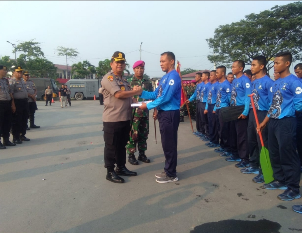 Kapolres Pelabuhan Belawan Melepas Atlit Dayung dan Renang Korps Marinir Belawan
