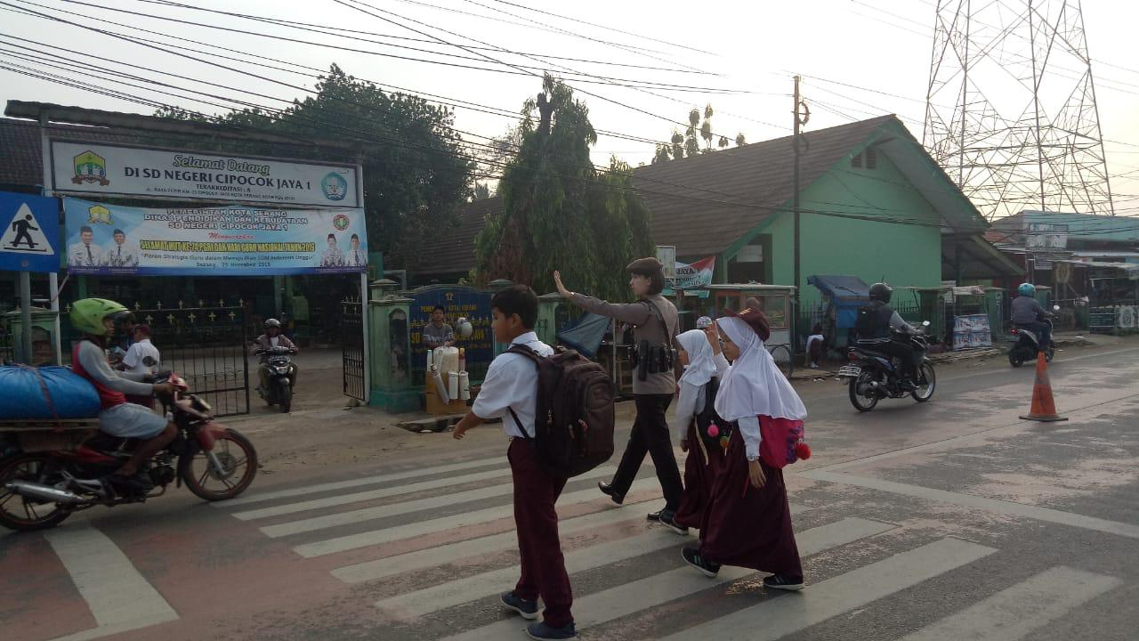 Ditsamapta Polda Banten Atur Lalu Lintas