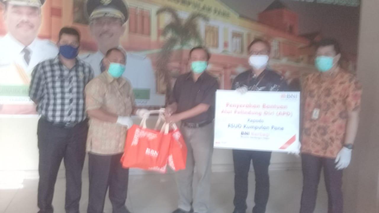 Wakil Direktur BNI Kota Tebingtinggi Effendi Simanjuntak memberikan bantuan APD yang diterima Direktur RSUD dr Kumpulan Pane dr Jhonly B Dachban.