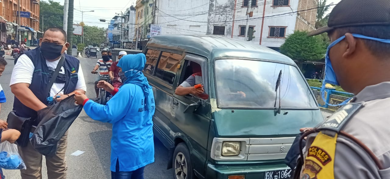 KSK Kota Tebingtinggi bersama E Warong, Bhabinkamtibmas dan Babinsa membagikan masker geratis kepada abang becak dan masyarakat