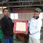 Ketua DPC GBNN Gunungsitoli serahkan bantuan keramik kepada Bapak Nina Daely selaku guru jemaat ONKP.