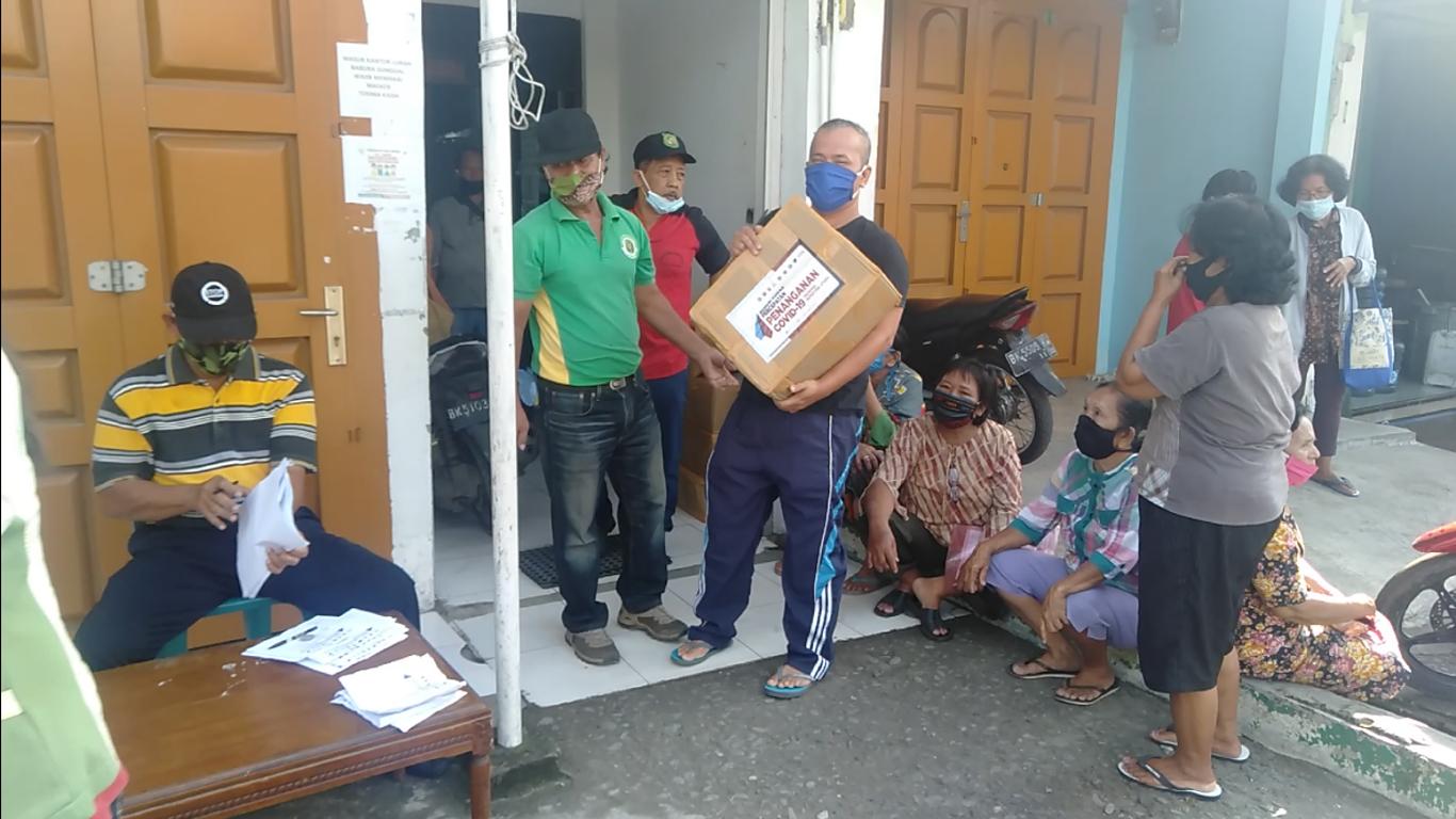 Kelurahan Babura Sunggal Bagikan Paket Sembako