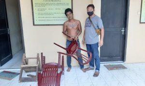 Seorang Anak Banting Kursi di Punggung Ayahnya
