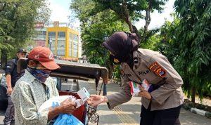 Bagikan Ratusan Masker dan Hand Sanitizer