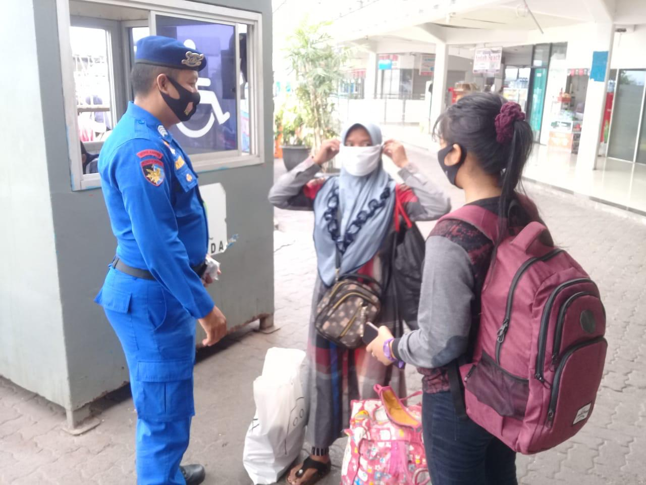 Ditpolairud Polda Banten Bagikan Ratusan Masker di Pelabuhan Merak