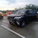 Mobil Toyota Fortuner Tabrak Pembatas Jalan Tol