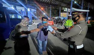 Petugas saat memberikan masker kepada warga.