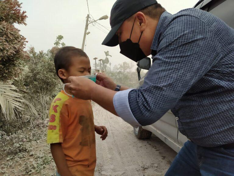 SMSI Kabupaten Karo Bagikan Masker ke Desa Terdampak Abu Vulkanik Sinabung