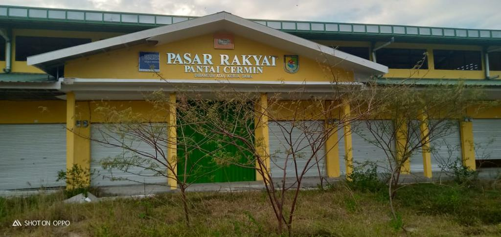 2 Tahun Kosong, Bangunan Milyaran Pasar Rakyat Pantai Cermin Rusak Parah & Terkesan Menjadi Sarang Hantu