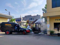 Agar Tetap Steril, Seluruh Gedung Mapolda Banten di Semprot Disinfektan
