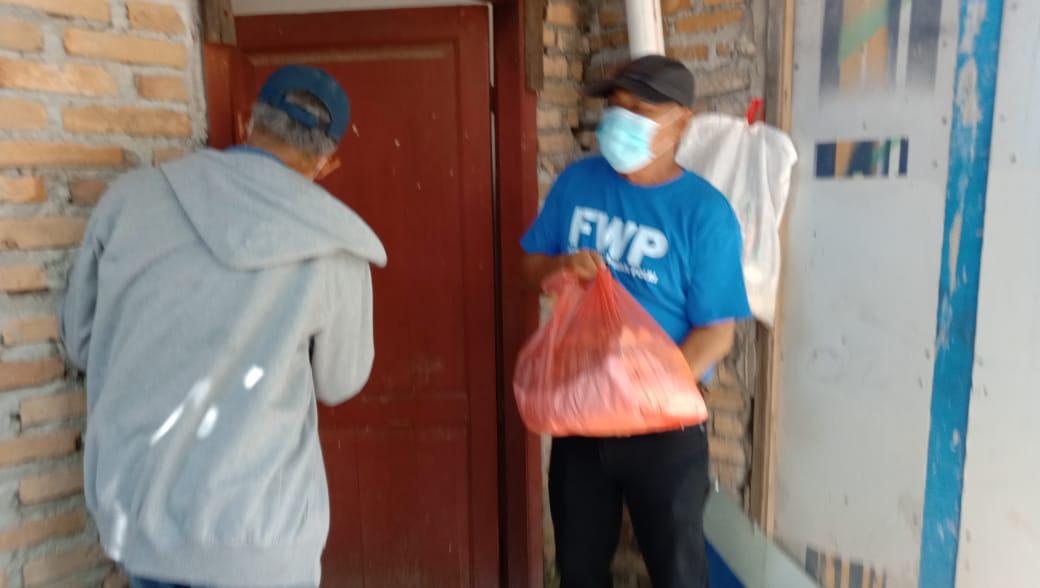 Peduli PPKM, FWP Bagi-bagi Sembako ke Masyarakat Door to Door