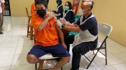 Tahanan Polresta Tangerang Jalani Suntik Vaksinasi Covid-19