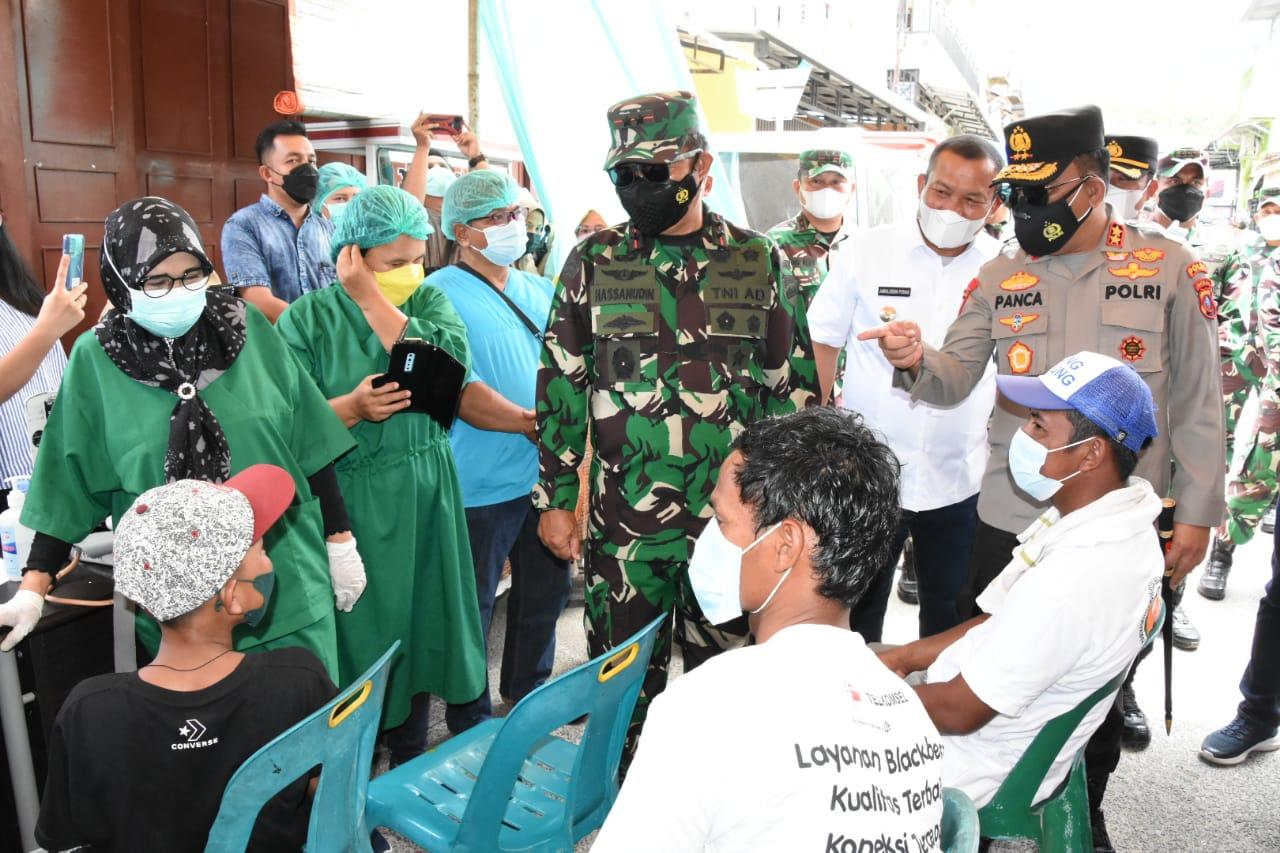 Pangdam I/BB & Kapoldasu Tinjau Vaksinasi Massal di Sibolga