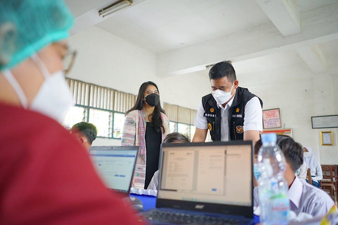 Anak Presiden Bersama Bobby Tinjau Vaksinasi di SMPN 40 Medan